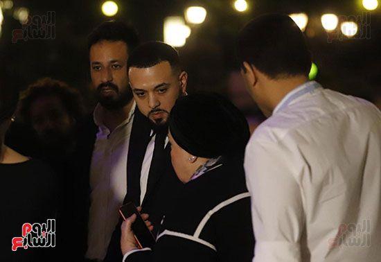 رامى أخو هيثم احمد زكي علي وجهه علامات التأثر (8)