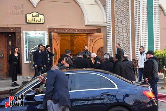 وصول الكينج محمد منير لتلقى العزاء فى وفاة زوج شقيقته (3)
