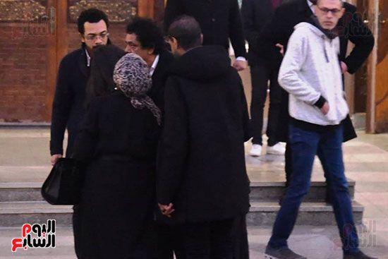 وصول الكينج محمد منير لتلقى العزاء فى وفاة زوج شقيقته (1)