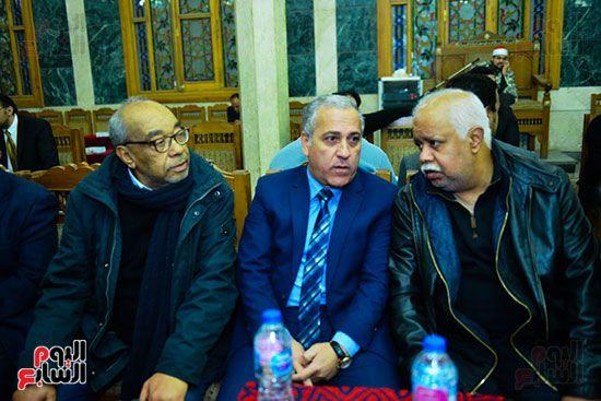 حمدى رزق أثناء حديث جانبى فى عزاء لينين الرملى