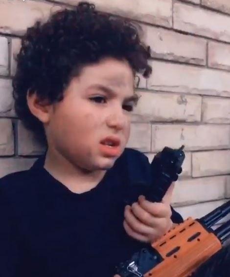 الطفل ياسين بن غنوة شقيقة أنغام (1)