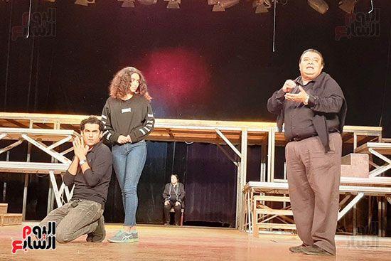 خالد جلال يوجه الممثلين في البروفة