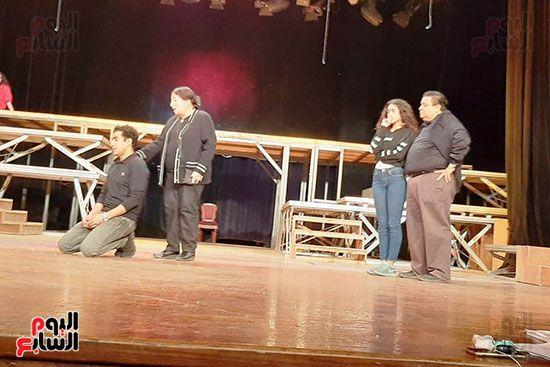 النجمة القديرة سميرة عبد العزيز في بروفات مسرحية الوصية