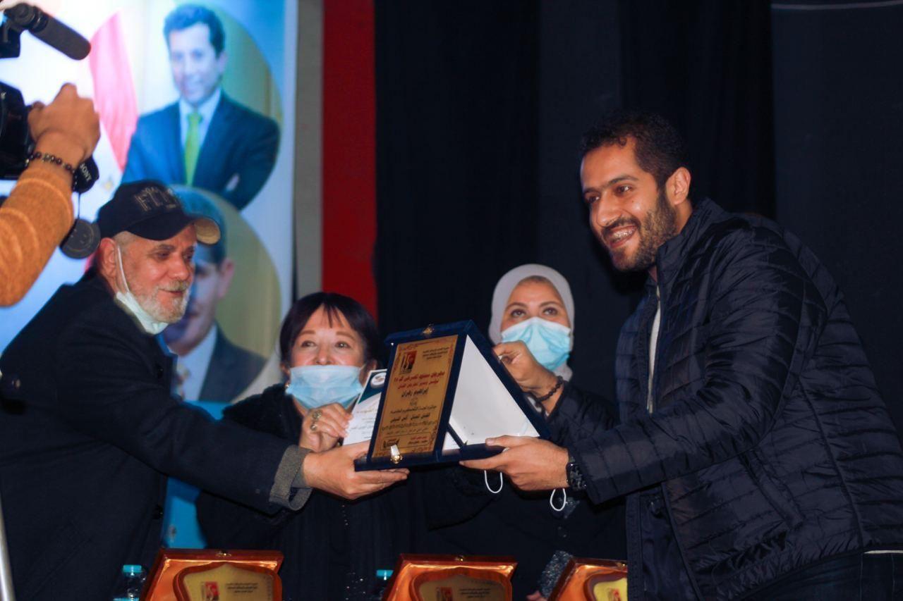 محمد عبد الجواد يسلم الجوائز