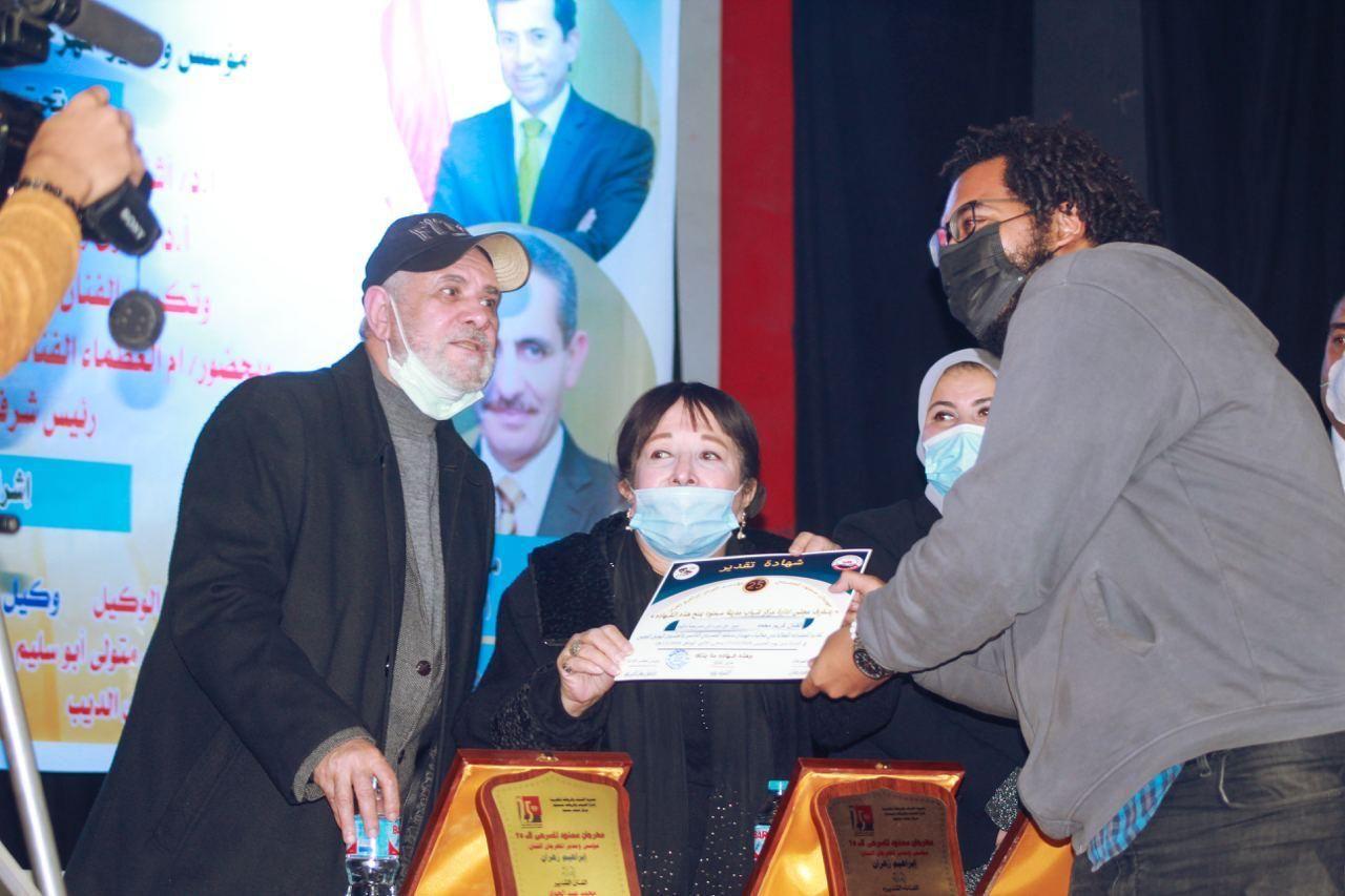 سميرة عبد العزيز تسلم الجوائز