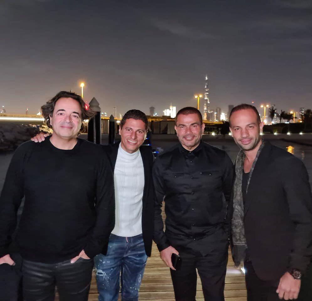 عمرو دياب مع أصدقائه