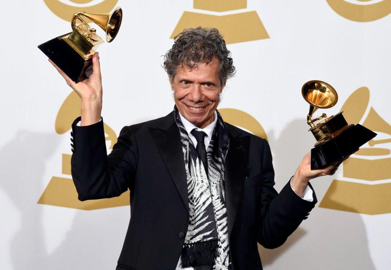 فى غرفة الصحافة وهو يحمل جائزتى الجرامى بحفل توزيع جوائز Grammy ال