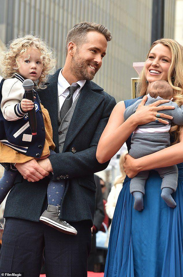 رايان رينولدز وزوجته أوطفالهم