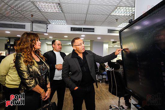 خالد صلاح يشرح لـ كارول سماحة آليات العمل على الشاشة داخل صالة التحرير