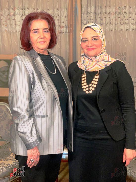 الزميلة زينب عبداللاه مع ابنة الباقوري (1)