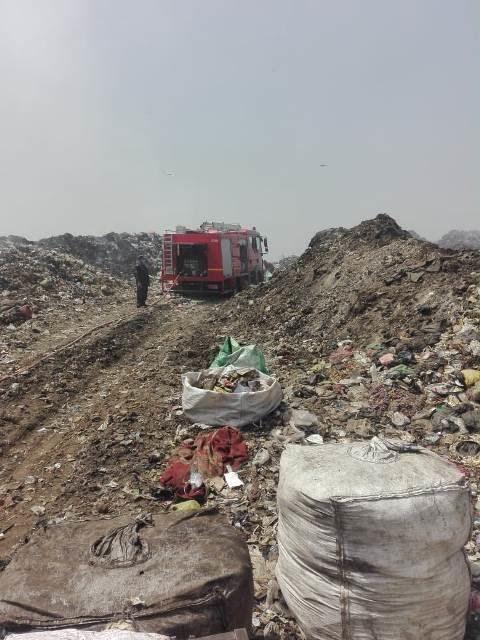 إطفاء اشتعال أكوام القمامة بالنقطة الوسيطة بالزقازيق (6)