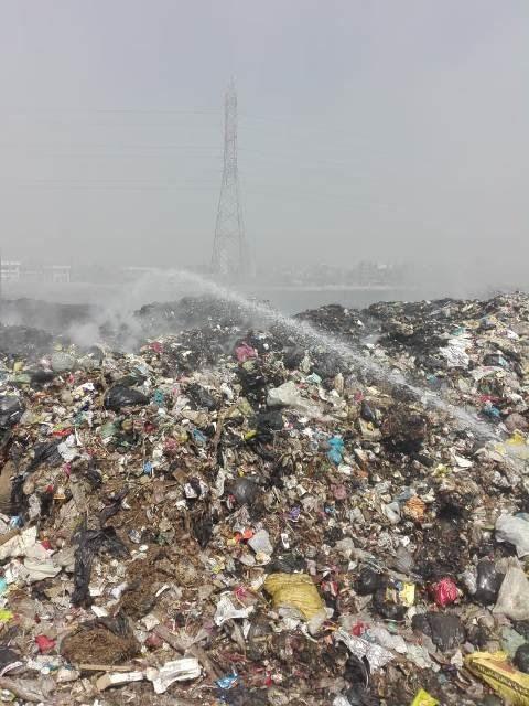 إطفاء اشتعال أكوام القمامة بالنقطة الوسيطة بالزقازيق (2)