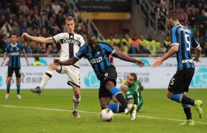 """رياضة عالمية السبت لوكاكو ينقذ إنتر ويرتقي به للصدارة """"مؤقتًا"""" في الدوري الإيطالي"""