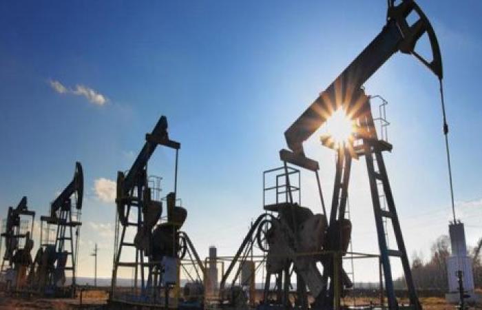 متأثرة ببيانات أمريكية ضعيفة.. تراجع عقود النفط في بداية التعاملات الأسبوعية