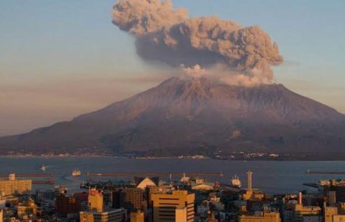 انفجار بركان ساكوراجيما باليابان.. سحابة دخان وقنبلة رماد