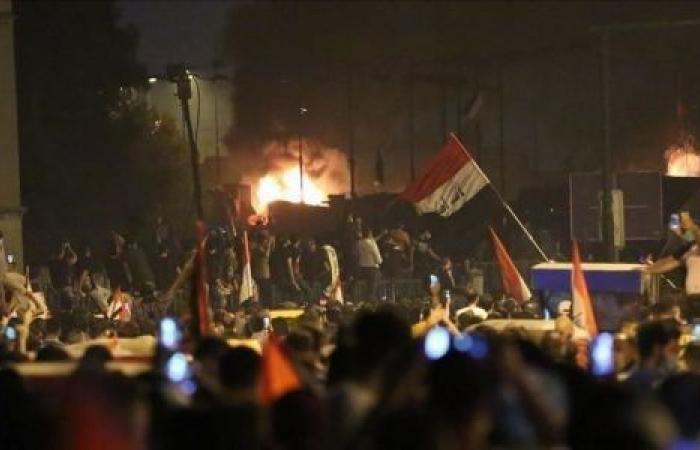 العراق.. محتجون يضرمون النيران في مديرية شرطة ذي قار