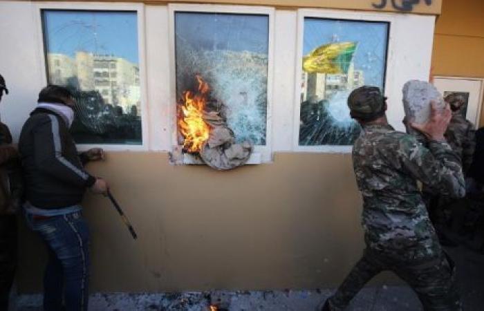 بعد توترات واقتحامات.. السفارة الأمريكية في بغداد تُعلِّق أعمالها