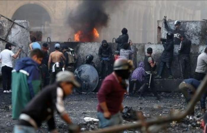 كربلاء.. محتجون يحرقون مقر بدر ويحاولون اقتحام مبنى المحافظة