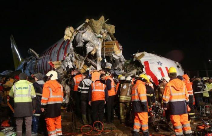 بالصور.. ارتفاع عدد المصابين بانشطار الطائرة التركية لـ 120 شخصًا