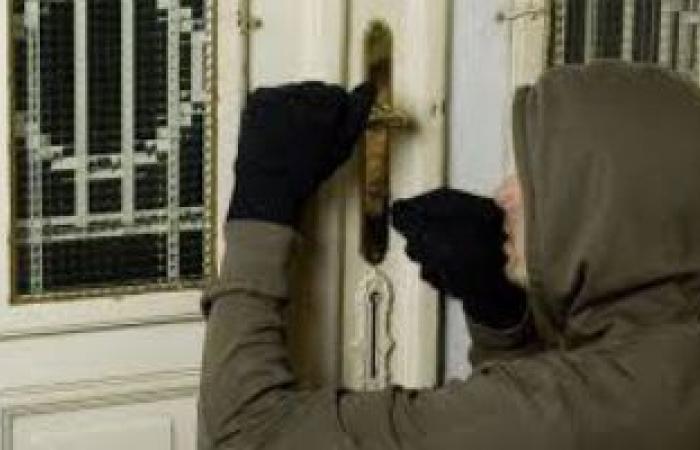 #اليوم السابع - #حوادث - أمن إداري بكمباوند فى أكتوبر يوثقون لصا بعمود إنارة حاول سرقة شقة