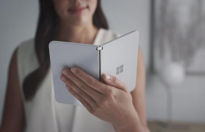 اخبار التقنيه نظرة أولية على هاتف مايكروسوفت ثنائي الشاشة Surface Duo