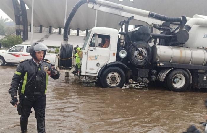 #اليوم السابع - #حوادث - إدارة مرور القاهرة تشرف على علميات شفط المياه وتنظيم حركة السيارات بالطرق
