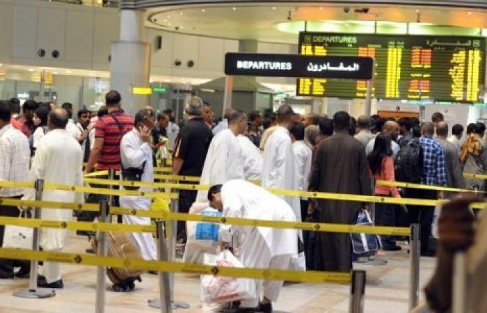 كويتيون يهاجمون الحكومة بعد التراجع عن طلب شهادات الخلو من كورونا