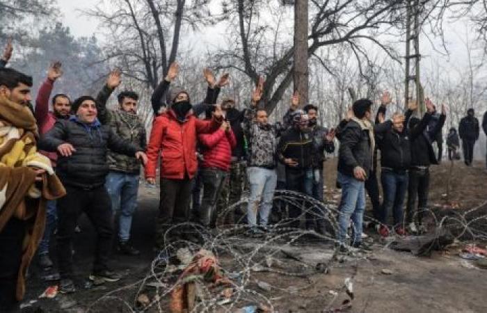صور  اللاجئون على الحدود التركية واليونانية.. قمع وغاز واشتباكات