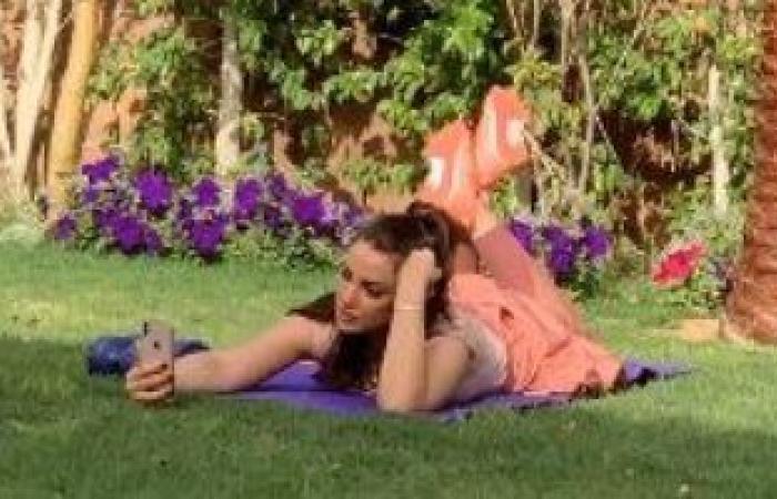 #اليوم السابع - #فن - درة تتغلب على العزل المنزلى بنزهة فى حديقة منزلها وسيلفى مع صديقتها