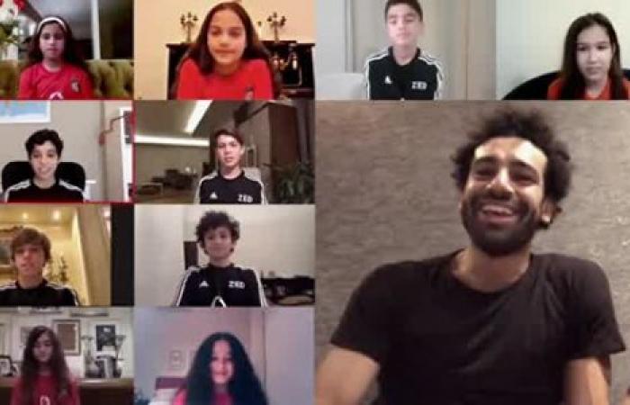 الوفد رياضة - محمد صلاح يقطع حواره مع أطفال يلعبون كرة القدم بسبب مكة موجز نيوز