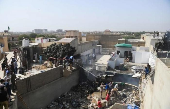 تحطم طائرة ركاب باكستانية قرب منطقة سكنية في كراتشي.. القصة الكاملة