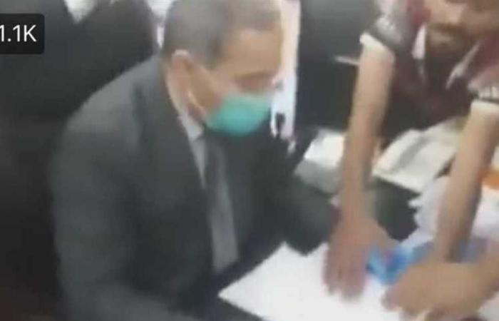 #المصري اليوم -#اخبار العالم - أجبروه على الاستقالة.. محتجون عراقيون يقتحمون مكتب مسوؤل في الصحة (فيديو) موجز نيوز