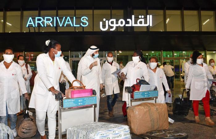 الأعداد تتزايد.. لماذا يهاجم كورونا الشباب في الكويت؟