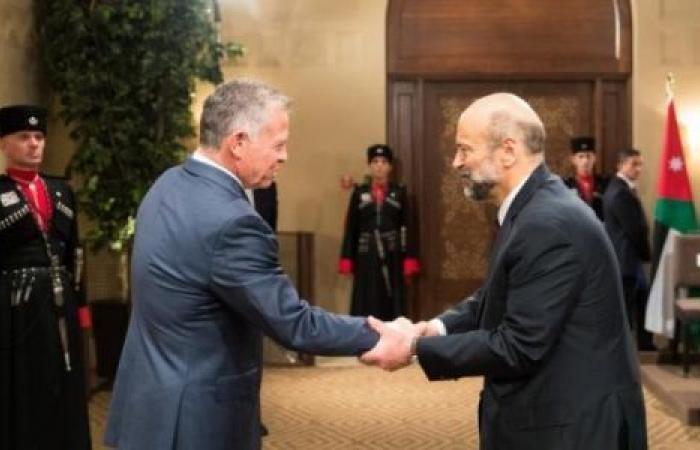 عاهل الأردن يقبل استقالة حكومة الرزاز ويكلفه بتصريف الأعمال