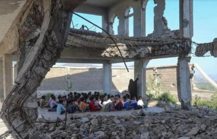 على أطلال مدرستهم .. أطفال يمنيون يعودون للدراسة