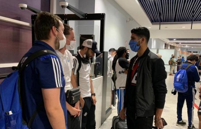 الوفد رياضة - فيديو.. فرجاني ساسي يلتقي ببعثة بيراميدز في مطار الدار البيضاء موجز نيوز