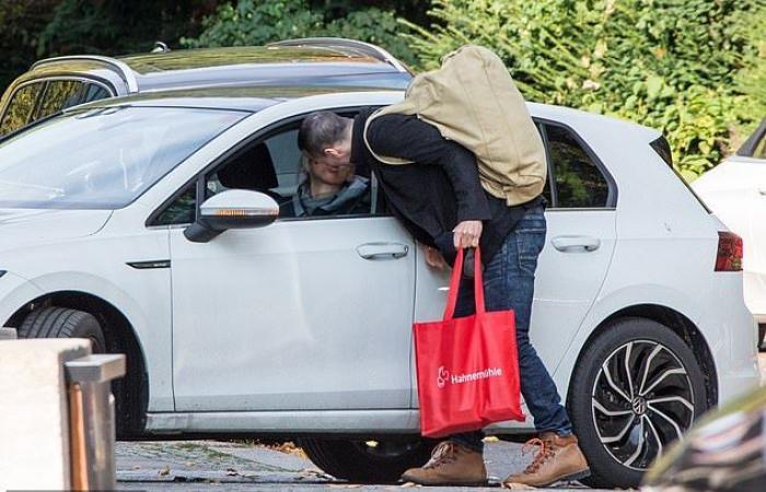 #اليوم السابع - #فن - كيانو ريفز يودع صديقته بقبلة فى الشارع بعد وصوله لمكان تصوير فيلمه Matrix 4