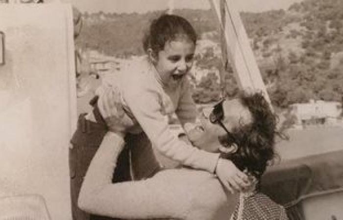 #اليوم السابع - #فن - رانيا محمود ياسين تحيى ذكرى أربعين والدها بصورة نادرة من الطفولة