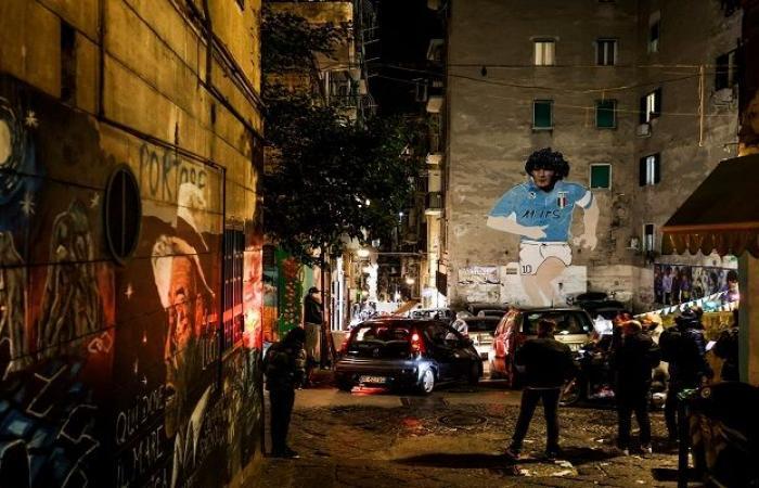 الوفاء العظيم.. نابولي الإيطالية تتّشح بصور مارادونا