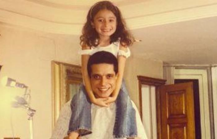 #اليوم السابع - #فن - زينة عامر منيب تكشف عن صورة قديمة مع والدها الراحل فى فترة طفولتها