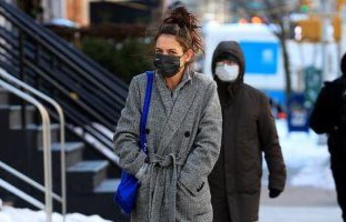 #اليوم السابع - #فن - ولا فى دماغها.. كاتى هولمز تتحدى برودة الشتاء بنزهة فى نيويورك.. صور