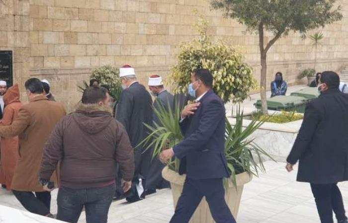 اخبار السياسه جثمان الفقيه أحمد طه ريان يصل الجامع الأزهر للصلاة عليه (صور)