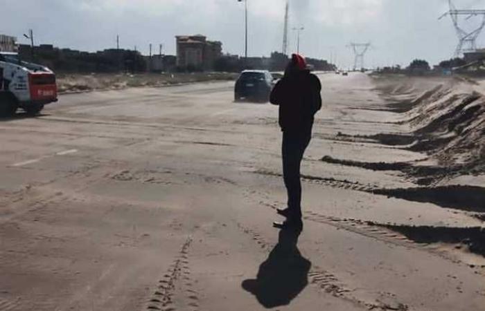 المصري اليوم - اخبار مصر- إزالة الرمال المتحركة من الطريق الدولي الساحلي في كفر الشيخ موجز نيوز