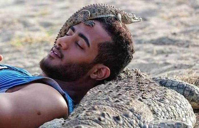 """#اليوم السابع - #فن - محمد رمضان يضع رأسه على ظهر تمساح من كواليس مسلسل """"موسى"""".. صورة"""