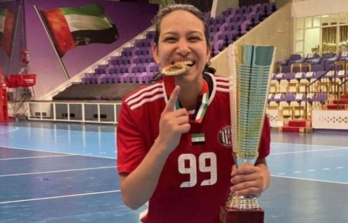 الوفد رياضة - لاعبة كرة اليد شيماء كشكوش تحصل على كأس الدوري لنادي الجزيرة الإماراتي موجز نيوز