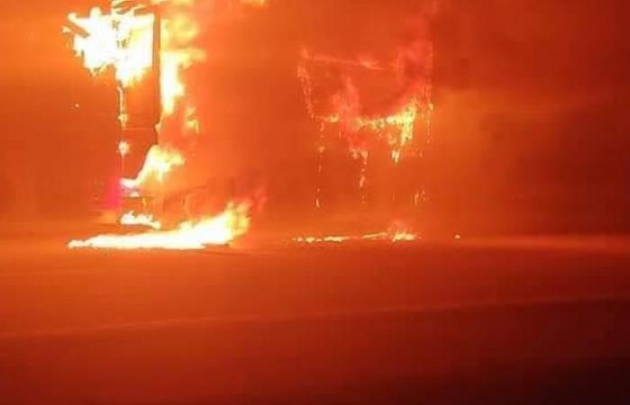 الوفد -الحوادث - اشتعال شاحنة مواد غذائية بطريق رأس غارب الغردقة وإصابة سائقها موجز نيوز