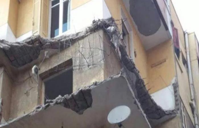 الوفد -الحوادث - انهيار شرفة منزل بالإسماعيلية يتسبب في تهشم سيارة موجز نيوز