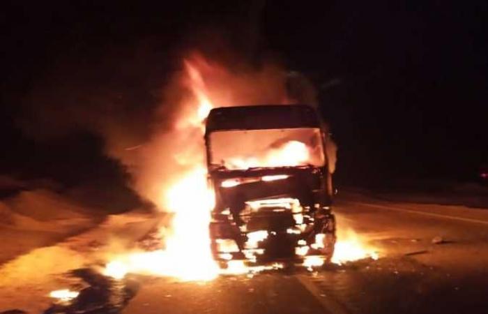 #المصري اليوم -#حوادث - إزالة آثار «التريلا» المحترقة في رأس غارب.. وإعادة الحركة المرورية باتجاه الغردقة (صور) موجز نيوز