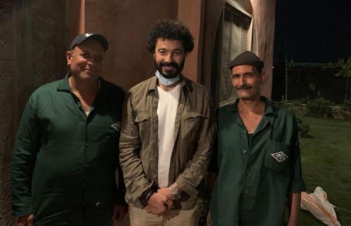 """#اليوم السابع - #فن - خالد النبوى ينشر صورة مع بعض العاملين البسطاء ويعلق: """"شكرًا لكل أسيادنا اللى بيخدمونا"""""""