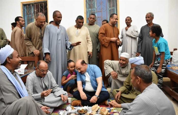 المصري اليوم - اخبار مصر- محافظ أسوان يشارك أهالى العطوانى في إدفو إفطار رمضان موجز نيوز